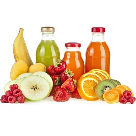 succo di frutta: Bottiglie con succo di frutta isolato su bianco