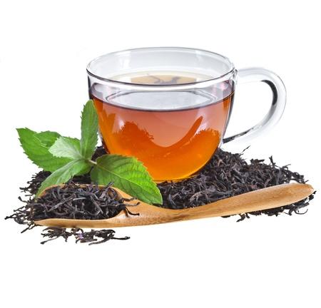taza de te: Vidrio taza de té con hojas de menta, aislado en fondo blanco