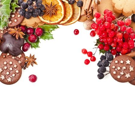cioccolato natale: Cartolina di Natale di biscotti, frutti di bosco, frutta, diversi ingredienti natale e spezie su uno sfondo bianco