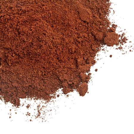 cacao: polvo de caf� aislados en el fondo blanco