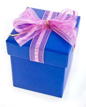Cadeau verpakt cadeau doos met roze boog geà ¯ soleerd op wit Stockfoto - 18375587