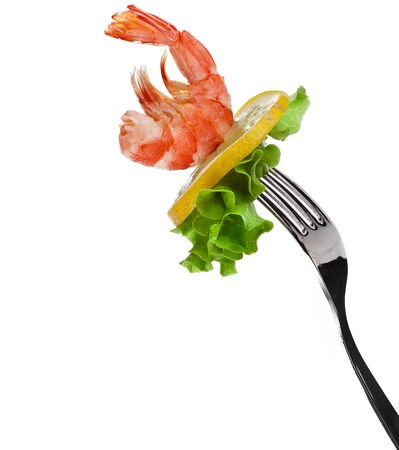 pescados y mariscos: camar�n en tenedor aislados en blanco