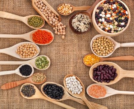 soja: varie grano, fagioli, legumi, piselli, lenticchie in un cucchiaio sullo sfondo di sacco Archivio Fotografico