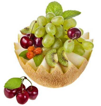 chicout�: corbeille de fruits isol� sur blanc