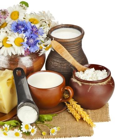 ollas de barro: productos lácteos de leche de cerámica, aisladas sobre fondo blanco Foto de archivo