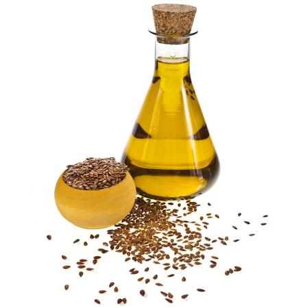 aceite de cocina: aceite de semilla de lino aislado en fondo blanco