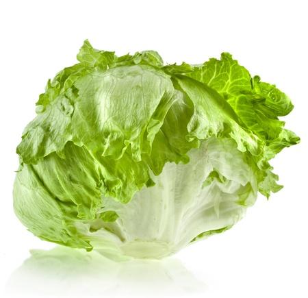 lechuga: ensalada fresca de lechuga iceberg aislado en blanco