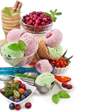 helado cucurucho: helado de frontera con bayas frescas con copia espacio aislado en blanco Foto de archivo