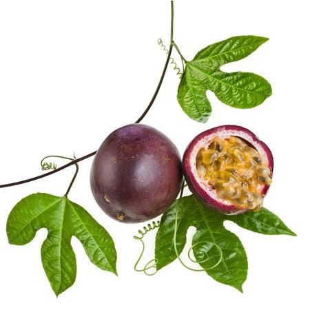 Fruta de la pasi?obre un fondo blanco Foto de archivo