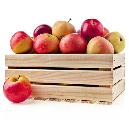 case: Caja caja de madera llena de manzanas frescas aisladas sobre un fondo blanco