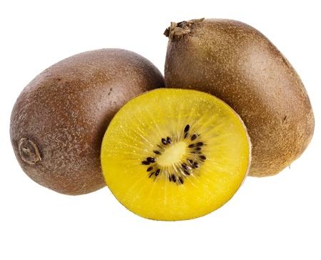 kiwi fruta: oro amarillo de kiwis frescos aislados en un fondo blanco