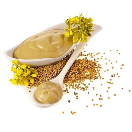 Senape piatto salsa, semi e fiori di senape isolato su sfondo bianco Archivio Fotografico - 20136655