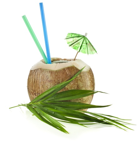 coconut: Bebida del coco con paja aisladas sobre fondo blanco Foto de archivo