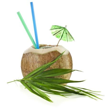 noix de coco: Boisson de noix de coco avec une paille isol� sur fond blanc Banque d'images