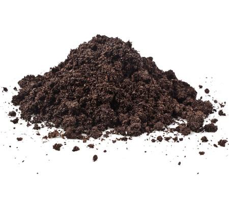 tierra fertil: Pila mont�n de humus del suelo aislados en fondo blanco