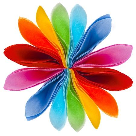 toalla: flor decorativa de servilletas de papel de colores aislados sobre fondo blanco