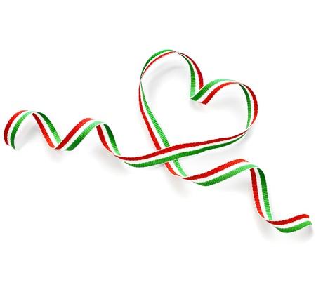 bandera italiana: D?a de la cinta cinta de la forma del coraz?n de San Valent?n s aislado en fondo blanco