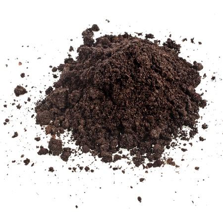 土壌腐植の白い背景で隔離の杭のヒープ
