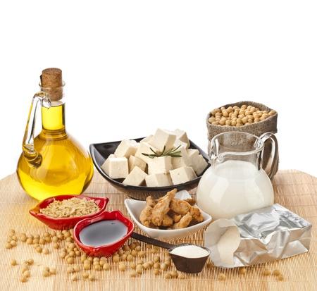 soja: Productos de la soja aceite, leche, tofu, carne, salsa, aislado en fondo blanco