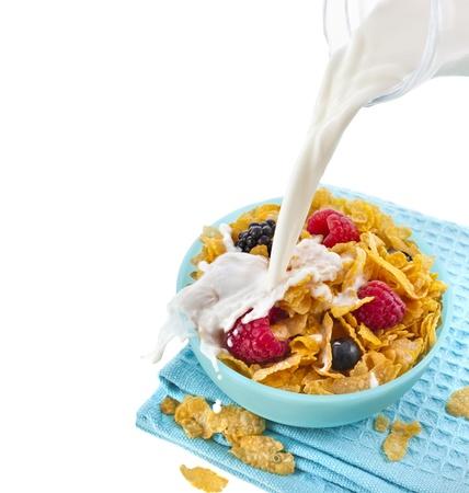 신선한 딸기와 흰색 배경에 고립 쏟아져 우유와 콘플레이크