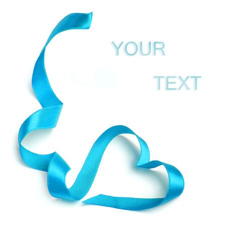 corazones azules: Cinta del coraz�n del arco azul aislado en fondo blanco