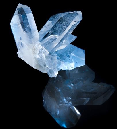 crystal healing: Bel cristallo di roccia bianca terminato contro sfondo nero Archivio Fotografico