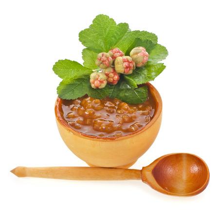 chicout�: chicout� bol de confiture et la cuill�re avec baies fra�ches de pr�s isol� sur fond blanc