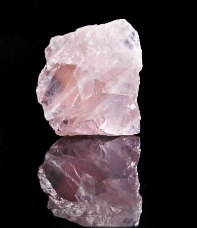 gemology: Naturale cristallo di quarzo rosa con la riflessione su sfondo nero superficie