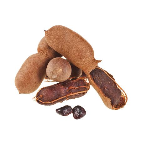 tamarindo: Fruta madura Tamarindo, vainas abiertas cerca hasta aislar sobre fondo blanco Foto de archivo