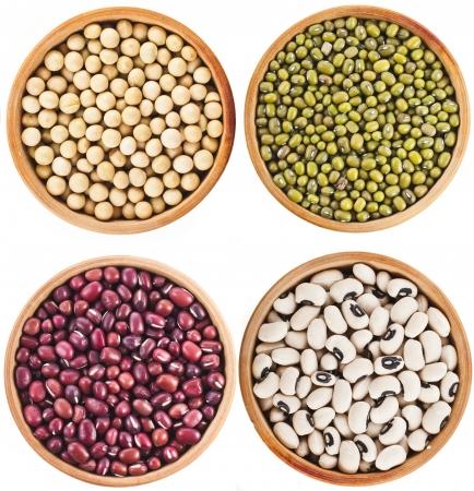 frijoles rojos: Colección Conjunto de varios riñón legumbres alubias secas de cerca en madera vista superior plato aislado sobre fondo blanco