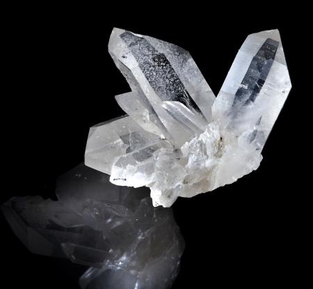 Mooie beëindigd wit bergkristal met reflectie tegen zwarte achtergrond