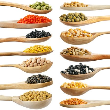 soja: insieme di raccolta di fagioli, legumi, piselli, lenticchie su cucchiai di legno isolato su sfondo bianco Archivio Fotografico