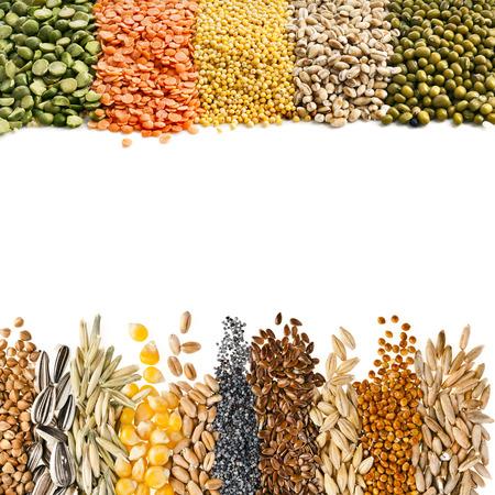 Granen, zaden, bonen, grens frame close-up geïsoleerd op witte achtergrond