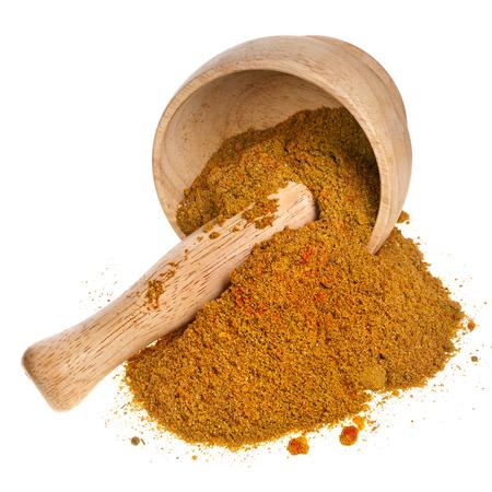 mortero: mortero con especias de curry en polvo aislado en fondo blanco