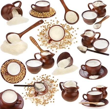leche de soya: Set Recolección de polvo bebida de leche en una jarra de barro, frijoles de soya y una taza aisladas sobre fondo blanco Foto de archivo