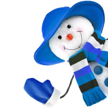 白い背景に分離された青い帽子と幸せな雪だるま