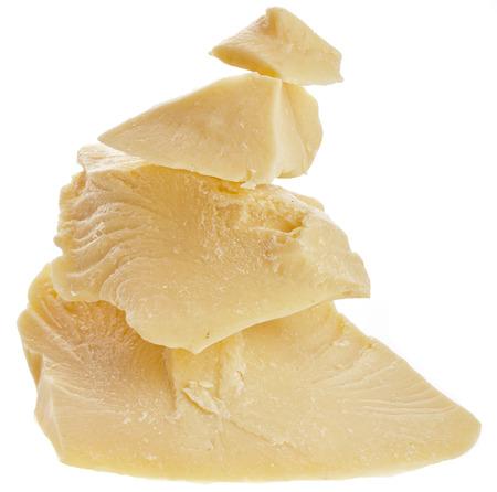 mantequilla: manteca de cacao montón de cerca sobre fondo blanco