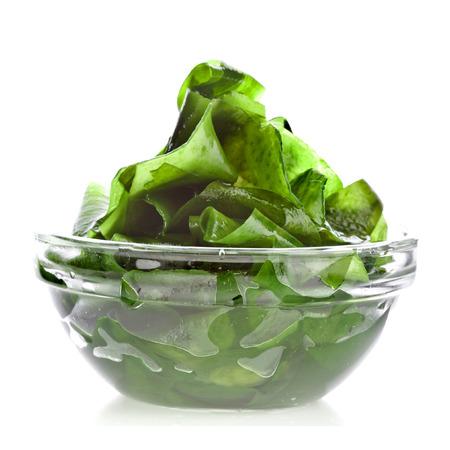 algues laminaires de varech dans un bol de verre de près isolé sur fond blanc Banque d'images