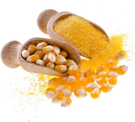 elote: harina de maíz harina de heap en cuchara de madera aislada en el fondo blanco