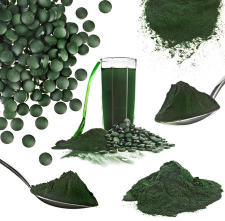 Spirulina algas en polvo bebida de vidrio suplemento nutricional cerca collage, aislado sobre fondo blanco.