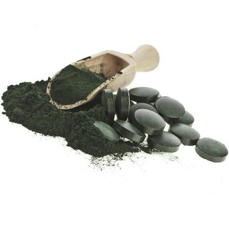 Spirulina alga in polvere e compresse in un cucchiaio scoop, isolato su sfondo bianco Archivio Fotografico - 29370067