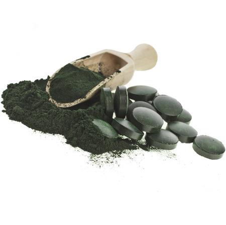 Spirulina-Algen-Pulver und Tabletten in Löffel Kugel, isoliert auf weißem Hintergrund