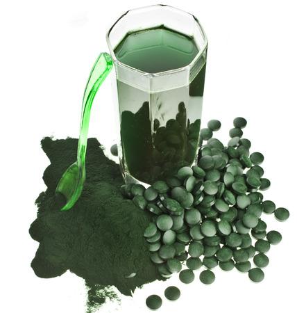 Spirulina Algen Pulver Glas Getränk Nahrungsergänzungs Nahaufnahme, isoliert auf weißem Hintergrund