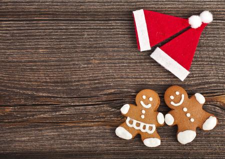 galletas de jengibre: Bodegón de Navidad con galletas de jengibre tradicionales sobre la superficie de madera