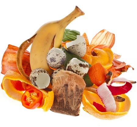 basura organica: pila de compost de restos de cocina aisladas sobre fondo blanco