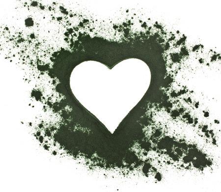 Spirulina poeder - algen, voedingssupplement, vorm hart oppervlakte bovenaanzicht geïsoleerd op witte achtergrond Stockfoto - 29370375
