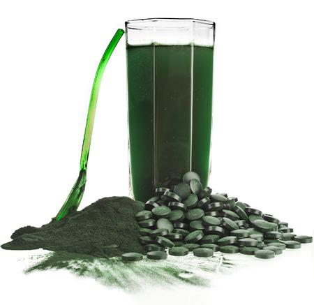 Spirulina alga polvere di vetro bevanda integratore alimentare close up, isolato su sfondo bianco Archivio Fotografico - 29370377