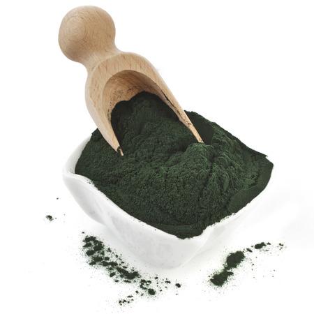 Spirulina Pulver - Algen, Nahrungsergänzungsmittel, in Löffel Kugel isoliert auf weißem Hintergrund Lizenzfreie Bilder
