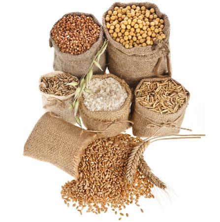 grañones harina de semillas y granos en bolsas cerca aisladas sobre un fondo blanco Foto de archivo