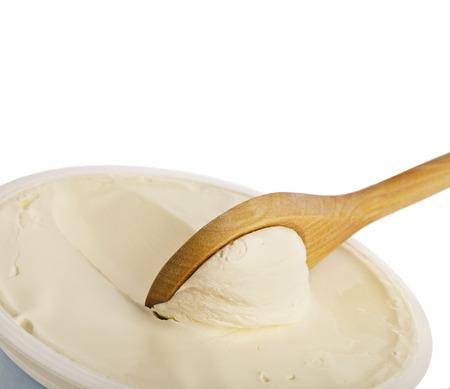 Weiße Creme auf Holzlöffel Draufsicht Oberfläche Nahaufnahme isoliert auf weißem Hintergrund